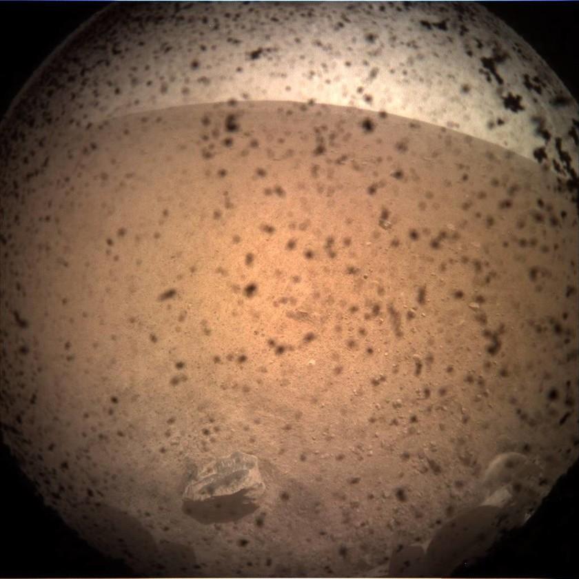 Συνεχίζει τη… καλή δουλειά το InSight της NASA – Δείτε τις απίστευτες φωτογραφίες του από τον Άρη