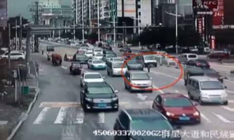 Τρόμος! Μικρό κορίτσι έπεσε σε πολυσύχναστη λεωφόρο της Κίνας (vid)