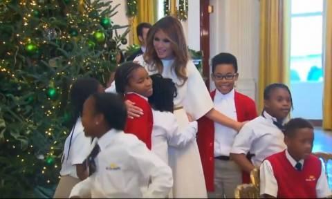 Η πιο συγκινητική στιγμή της πρώτης Κυρίας των ΗΠΑ: Παιδιά πέφτουν στην αγκαλιά της (vid)