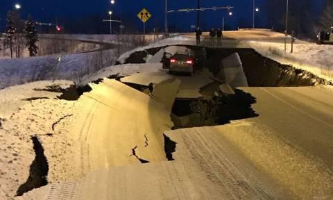 Τεράστιες καταστροφές από τον σεισμό που συγκλόνισε την Αλάσκα - Άνοιξαν στα δύο οι δρόμοι (Pics)