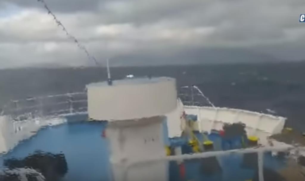 Συγκλονιστικές φωτογραφίες: Μανιασμένα κύματα «καταπίνουν» το Fast Ferries Andros