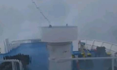 Συγκλονιστικές φωτογραφίες: Μανιασμένα κύματα «καταπίνουν» καράβι στο στενό Τήνου - Μυκόνου