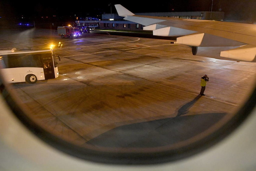 Τρόμος στον αέρα: «Σοβαρή και σπάνια» η βλάβη στο αεροσκάφος της Μέρκελ (Pics+Vid)