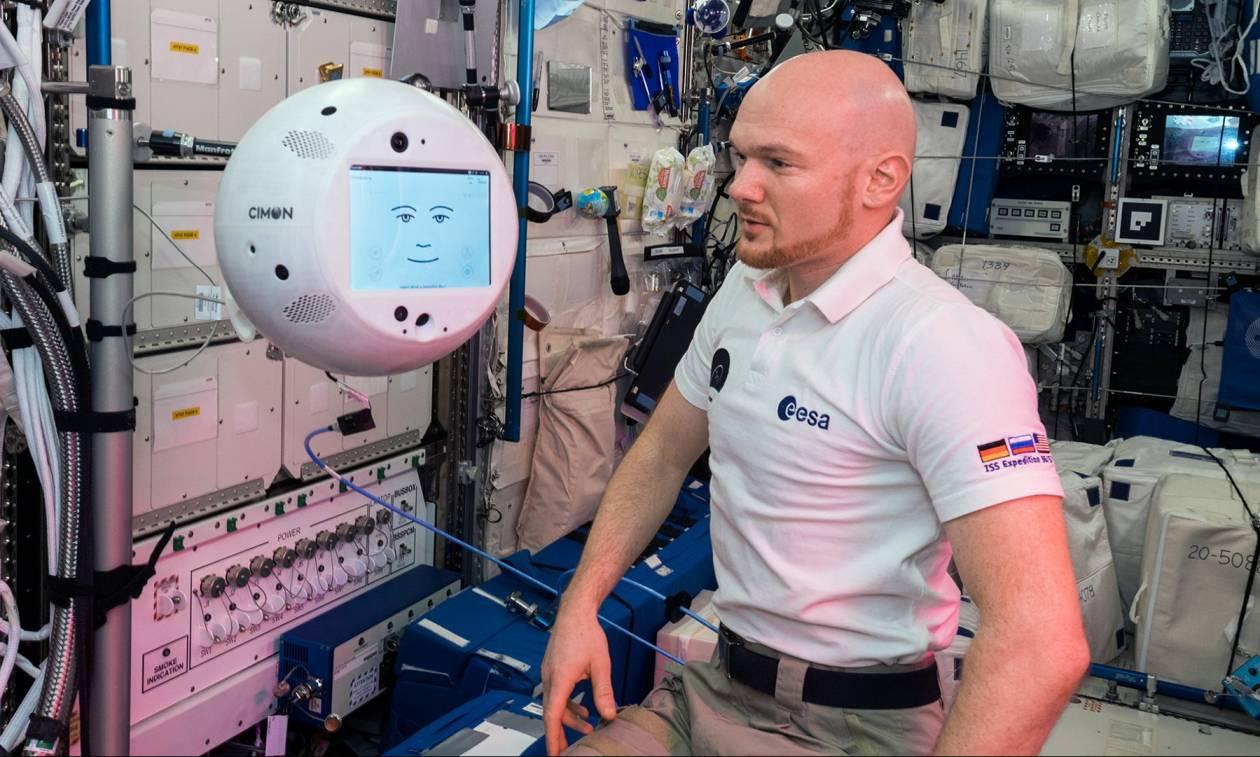 Ρομπότ και αστροναύτης τα... είπαν στο διάστημα (pics&vid)