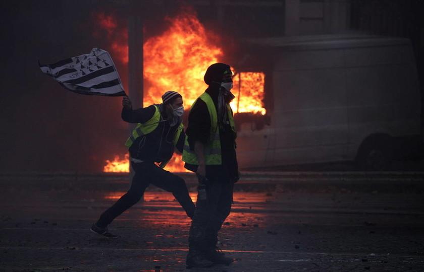 Υποχωρεί ο Μακρόν υπό το φόβο εξέγερσης: Ζητά να διαπραγματευτεί με τα «κίτρινα γιλέκα» (Pics+Vids)