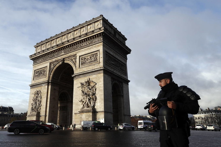 «Κοχλάζει» η οργή στη Γαλλία: Νεκρή η 80χρονη που χτυπήθηκε από βλήμα δακρυγόνου μέσα στο σπίτι της