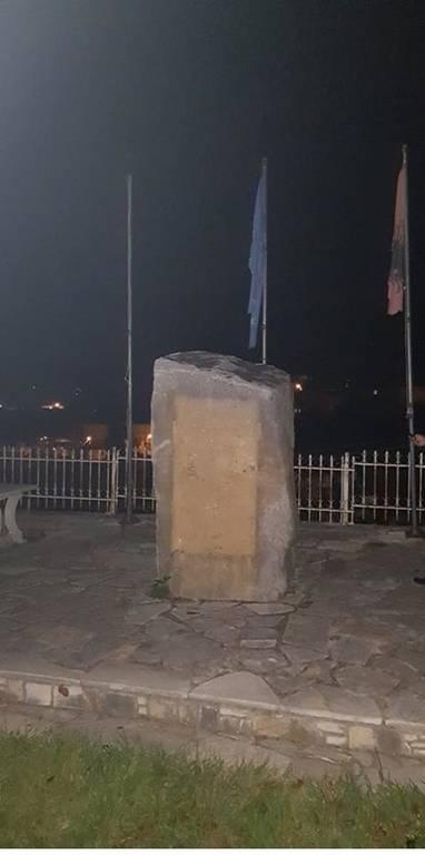 Ούτε ιερό ούτε όσιο: Αλβανοί εθνικιστές κατέστρεψαν μνημείο ήρωα και κατέβασαν την ελληνική σημαία