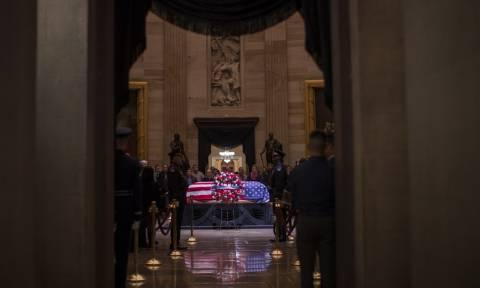 ΗΠΑ: Ο Τραμπ απέτισε φόρο τιμής στον Τζορτζ Μπους (vid)