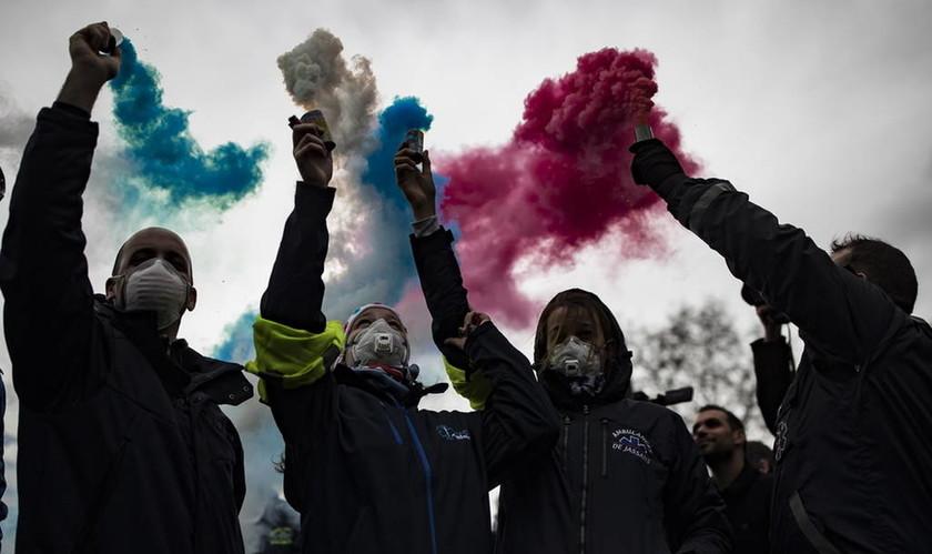 Λύγισε απέναντι στα «κίτρινα γιλέκα» ο Μακρόν: Αναστέλλονται τα μέτρα – Δεν πείθονται οι διαδηλωτές