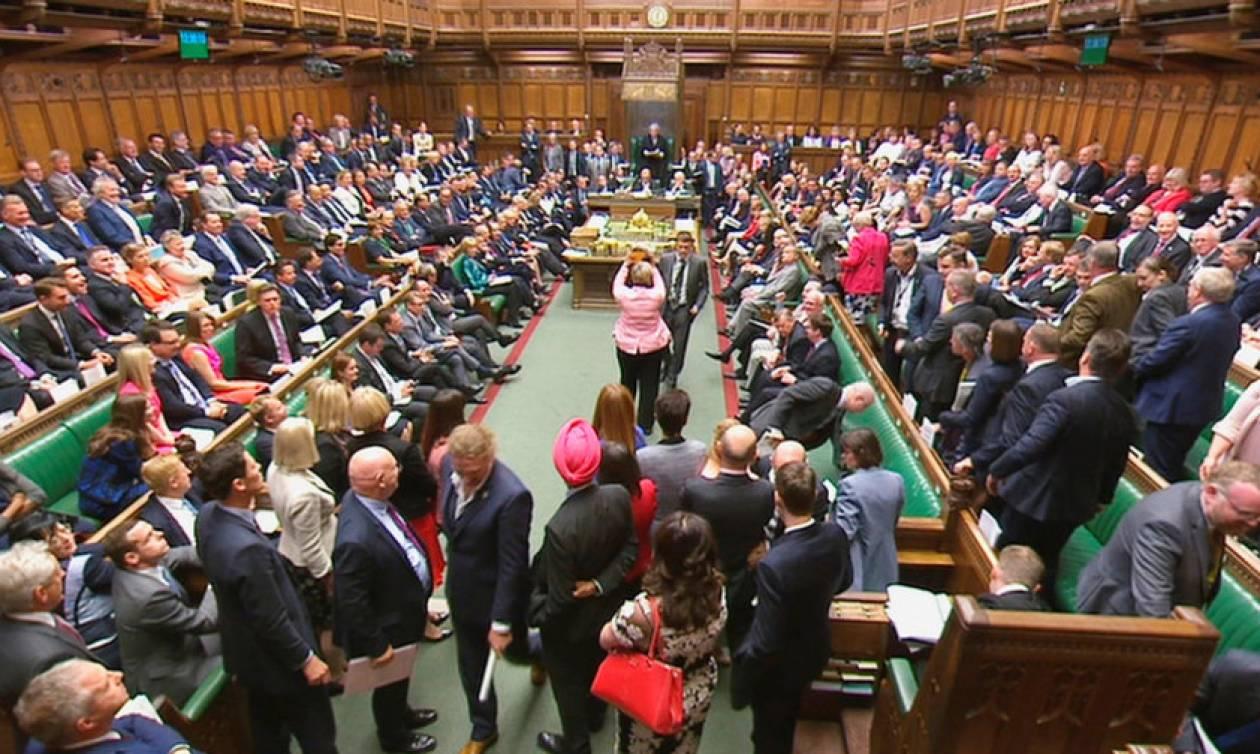 Brexit: Οδυνηρή ήττα για την Τερέζα Μέι στη Βουλή -  Κηρύχθηκε ένοχη για προσβολή του Κοινοβουλίου