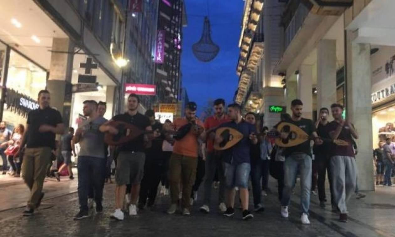Κρητικοί φοιτητές με λύρες, λαούτα και μαντινάδες έκαναν όλη την Αθήνα να χορεύει! (pics&vid)