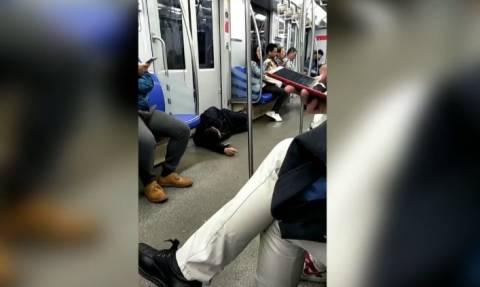 Ο απίστευτος λόγος που επιβάτης ξάπλωσε στο πάτωμα… τρένου! (vid)