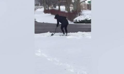 Θα «λιώσετε» απ' τα γέλια! Πώς αντιδρά κοπέλα όταν αστυνομία την πιάνει να… φτυαρίζει το χιόνι (vid)