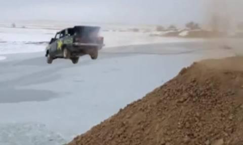 Αδιανόητο βίντεο: Ρώσοι βάζουν φωτιά στο αμάξι με τον οδηγό μέσα! (vid)