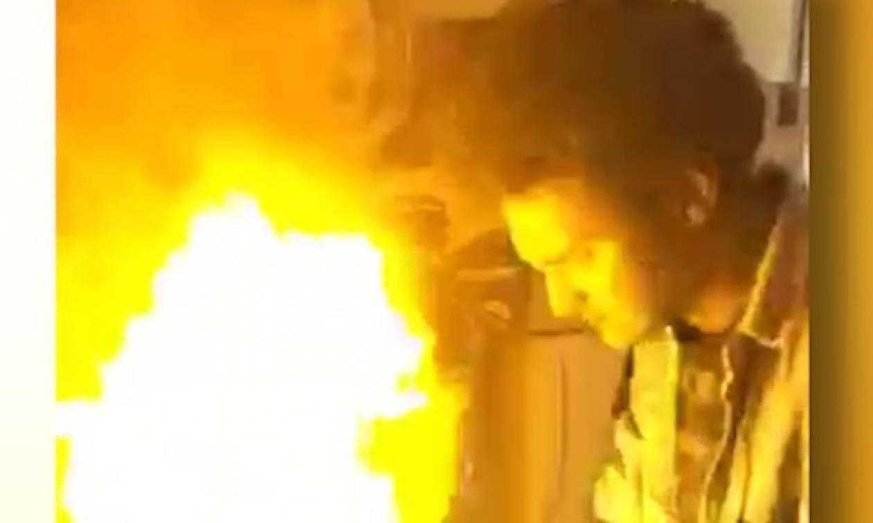 Σεφ πάει να βάλει... φωτιά στο τηγάνι του! Τι ακολουθεί; Δεν θα το πιστέψετε... (video)