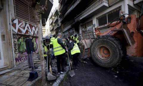 Βομβαρδισμένο τοπίο τα Εξάρχεια: Καμένα αυτοκίνητα και μπαλκόνια μετά τα επεισόδια (pics)