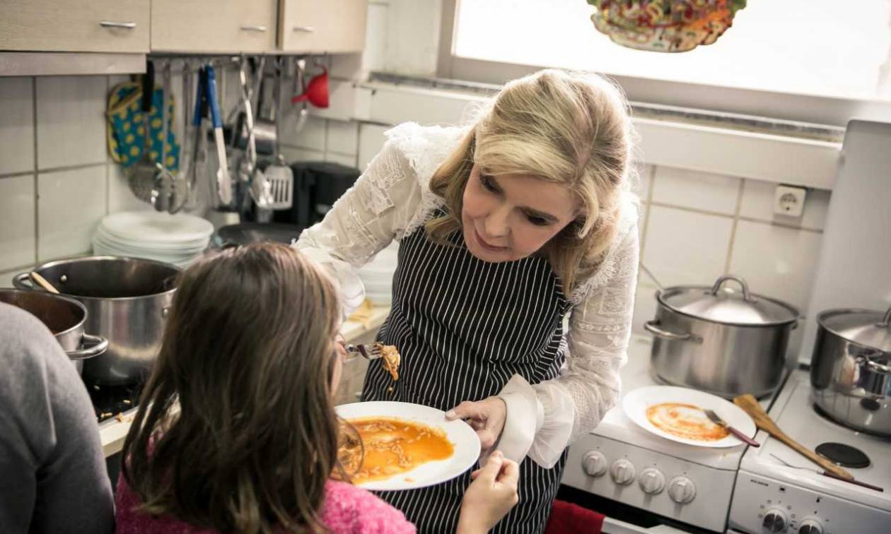 Η Μαριάννα Βαρδινογιάννη μαγείρεψε μαζί με παιδιά άπορων οικογενειών (pics)