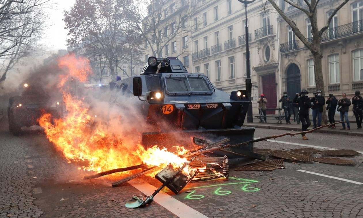 Κίτρινα γιλέκα: «Πόλεμος» στο Παρίσι - Άρματα, χημικά και εκατοντάδες συλλήψεις (pics+vids)