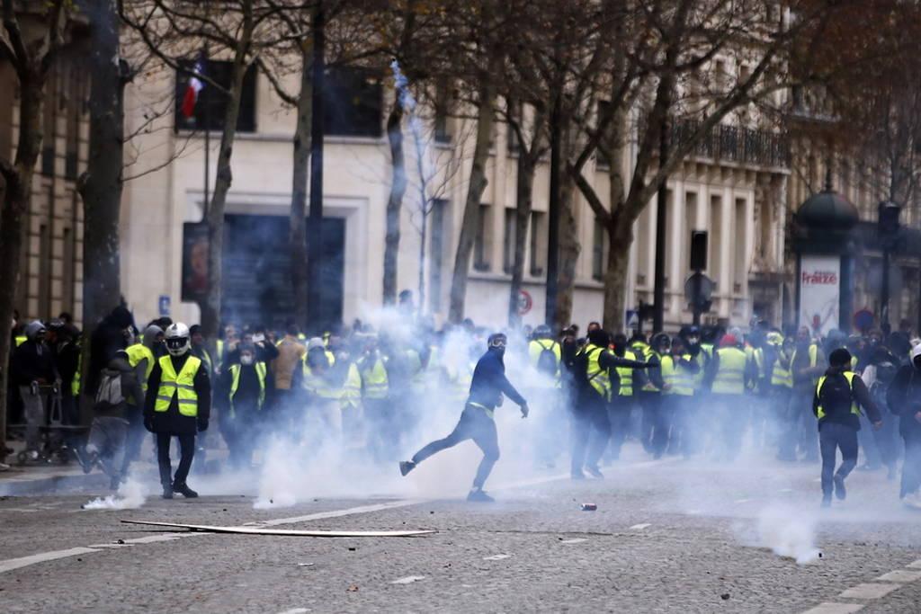 Κίτρινα γιλέκα: «Πόλεμος» στο Παρίσι - Συγκρούσεις, χημικά και εκατοντάδες συλλήψεις (pics+vids)
