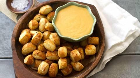 Σκέτη μούρλια: Πρετζελομπουκιές βουτηγμένες σε τυρί τσένταρ και μπίρα! (vid)