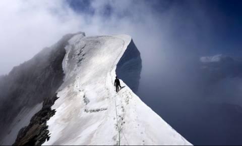 Επεσε στο κενό από την τρίτη υψηλότερη κορυφή της Ευρώπης! Οι εικόνες ειναι εντυπωσιακές... (video)