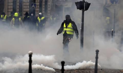 Η μάχη του Παρισιού: Αστυνομικός πυροβόλησε φωτορεπόρτερ – Εμπόλεμη ζώνη η «πόλη του φωτός»