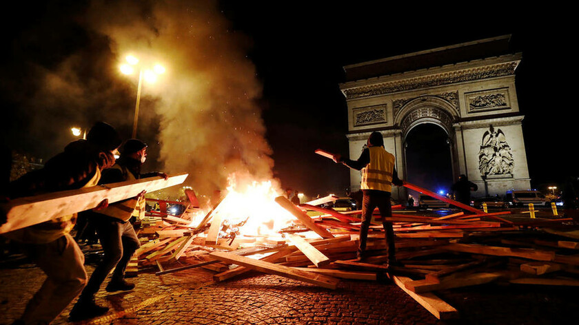 Κίτρινα γιλέκα - Εμπόλεμη ζώνη το Παρίσι: Περισσότεροι από 100 οι τραυματίες από την αστυνομική βία