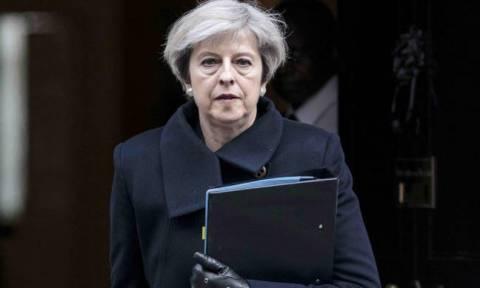 Brexit: Σε πανικό η Τερέζα Μέι – Αναβάλει την ψηφοφορία της συμφωνίας για να γλιτώσει την πανωλεθρία