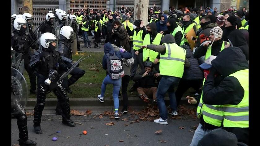 Ο «πυρετός» των «κίτρινων γιλέκων» χτυπά τις Βρυξέλλες: Περισσότερες από 400 συλλήψεις διαδηλωτών