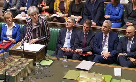 Brexit: Σε πανικό η Τερέζα Μέι – Ανέβαλε την ψηφοφορία για να γλιτώσει την πανωλεθρία