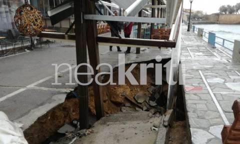 Πανικός στα Χανιά: «Κρατήρας» εξαφάνισε το δρόμο (pics)