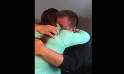 Κοριτσάκι ζητά από τον πατριό της να την υιοθετήσει – Η αντίδρασή τους ραγίζει καρδιές (video)