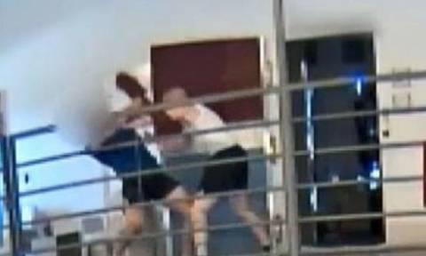 Άγριος καυγάς σε φυλακή – «Έπεσαν» μαχαιρώματα (video)