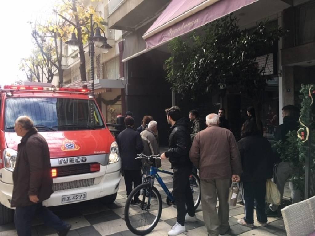 Συναγερμός στο Αγρίνιο: Φωτιά σε εμπορικό στον πεζόδρομο Χαριλάου Τρικούπη (pics+vid)