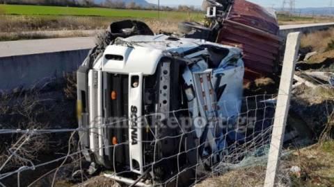 Σοκαριστικές εικόνες στη Λαμία: Ανατράπηκε νταλίκα στην Εθνική – Από θαύμα ζει ο οδηγός (pics)