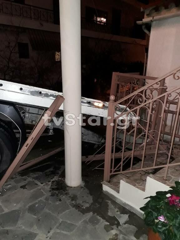 Λαμία: Απίστευτο ατύχημα- Αυτοκίνητο και φορτηγό κατέληξαν σε αυλή σπιτιού (pics)