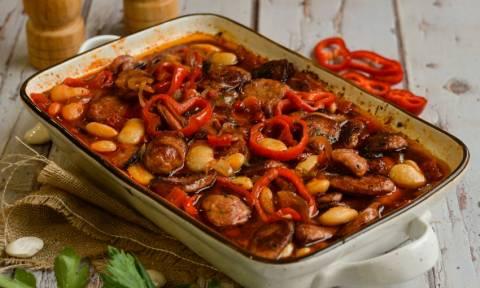Η συνταγή της ημέρας: Γίγαντες κοκκινιστοί με λουκάνικα στο φούρνο