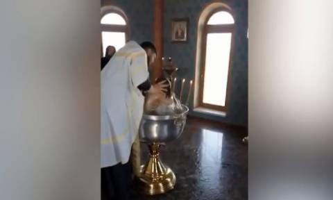 Σάλος σε βάφτιση - Ιερέας βουτά με βία κοριτσάκι για να το... εξορκίσει (vid)