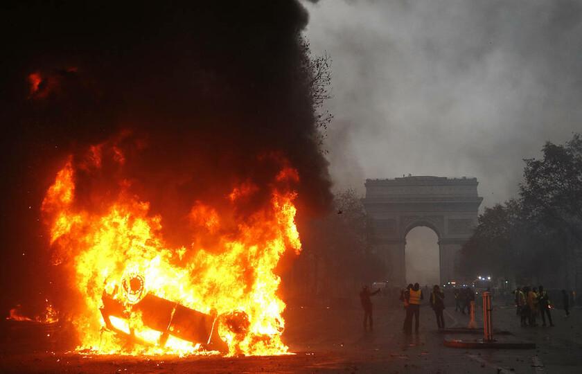 Ο φόβος των «κίτρινων γιλέκων» κυριεύει ξανά τον Μακρόν: Βγαίνουν ξανά το Σάββατο στους δρόμους