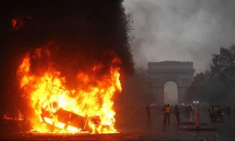 Ο φόβος των «κίτρινων γιλέκων» κυριεύει ξανά τον Μακρόν: Βγαίνουν το Σάββατο πάλι στους δρόμους