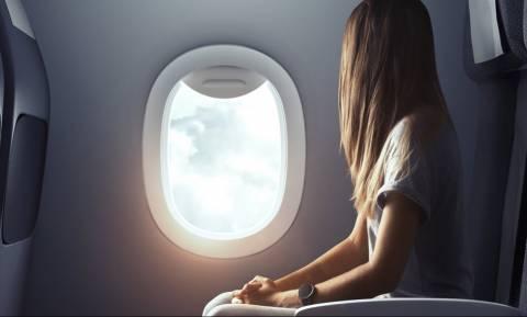 Σοκ σε πτήση: Έκλεισε τα μάτια νομίζοντας ότι θα χαλαρώσει αλλά ξύπνησε με το εσώρουχο στα γόνατα
