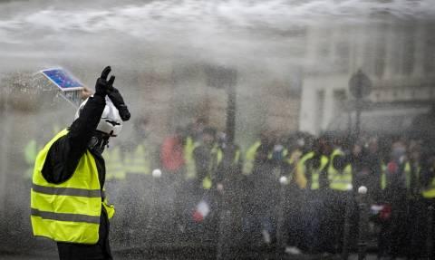 «Κίτρινα γιλέκα»: Ένταση, συλλήψεις και δακρυγόνα στο Παρίσι