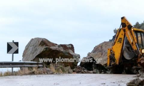 Κακοκαιρία: Στα... δύο κόπηκε δρόμος στο Πλωμάρι λόγω κατολίσθησης (pic&vid)