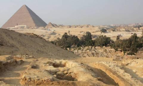 Σάλος με το ζευγάρι που είναι γυμνό στην Πυραμίδα του Χέοπα! (video)