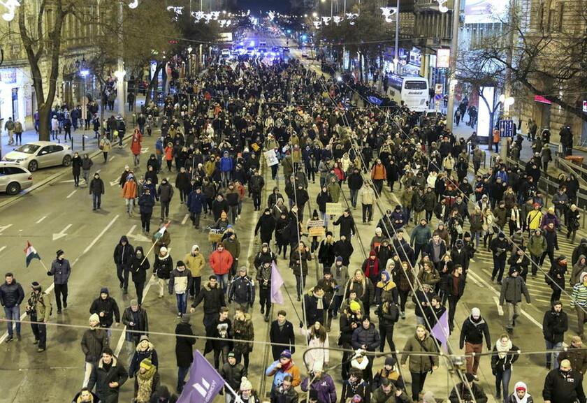 Ουγγαρία: «Ως εδώ με τον Ορμπάν» - Ο λαός στους δρόμους κόντρα στο νόμο που νομιμοποιεί τη «δουλεία»