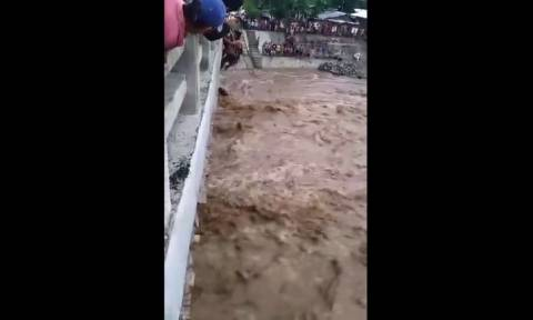 Συγκλονιστική διάσωση μητέρας και παιδιών από ποτάμι (vid)