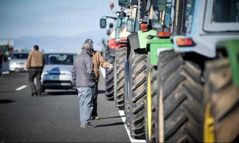 Στους δρόμους οι αγρότες: Πού στήθηκαν τα πρώτα μπλόκα (pics)