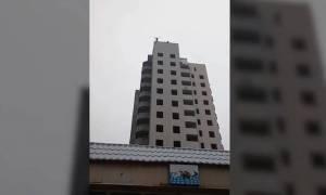 Ουκρανία: Μητέρα χειροκροτεί την ώρα που ο 15χρονος γιος της κάνει βουτιά θανάτου (vid)