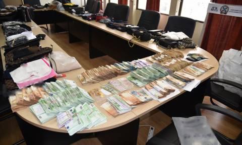«Χρυσές δουλειές» για δύο εγκληματικές οργανώσεις: Πλούτιζαν γεμίζοντας την αγορά με ρούχα «μαϊμού»