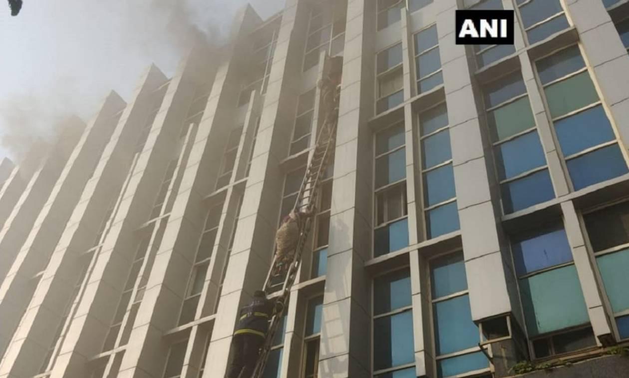 Τραγωδία στην Ινδία: Ξέσπασε μεγάλη πυρκαγιά σε νοσοκομείο - Έβγαζαν ασθενείς από τα παράθυρα (Vids)